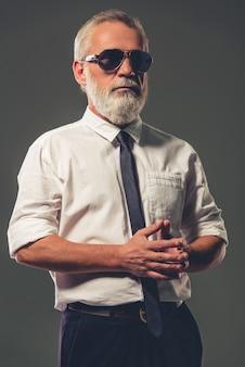 Reifer geschäftsmann im klassischen hemd und in den gläsern.