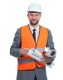 Reifer geschäftsmannkonstrukteur, der lokalisiert auf weiß lächelt