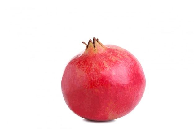 Reifer granatapfel getrennt auf einem weißen hintergrund