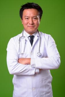 Reifer japanischer mannarzt gegen grünen hintergrund