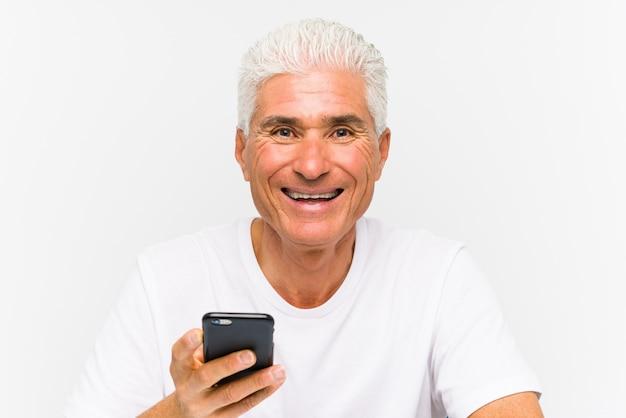 Reifer kaukasischer mann, der am telefon spricht