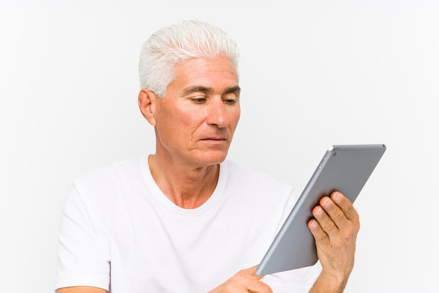 Reifer kaukasischer mann, der eine tablette hält