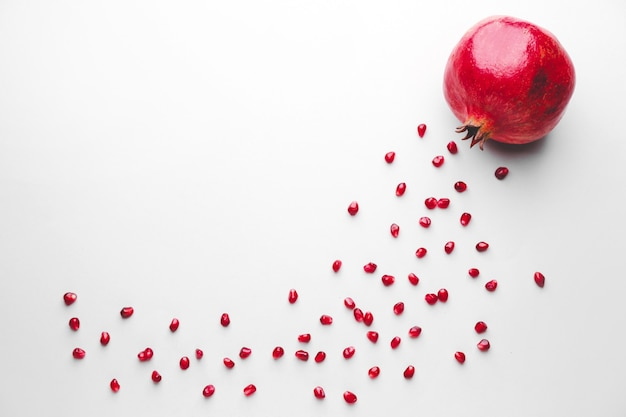 Reifer leckerer granatapfel auf grau