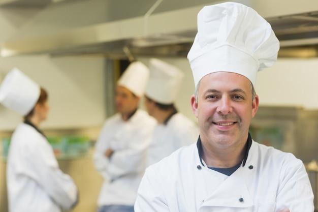 Reifer männlicher chef, der in einer küche aufwirft