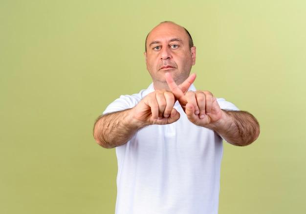 Reifer mann, der geste des nicht-isolierten auf olivgrün zeigt