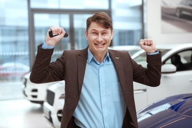 Reifer mann, der neues auto kauft
