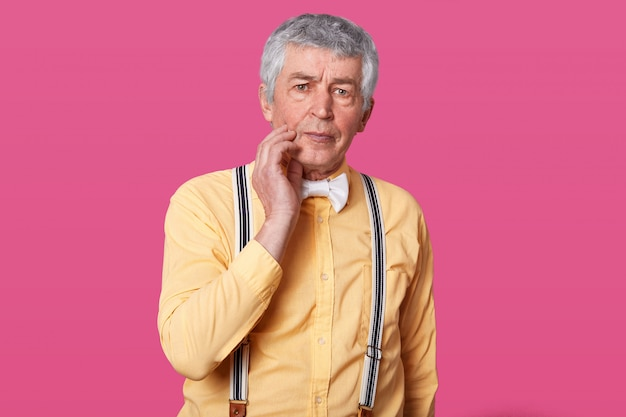 Reifer mann, der zu hause unter zahnschmerzen leidet