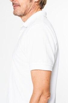 Reifer mann im weißen basic-poloshirt mit designraum
