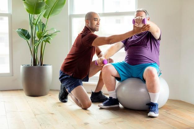 Reifer mann in der physiotherapie
