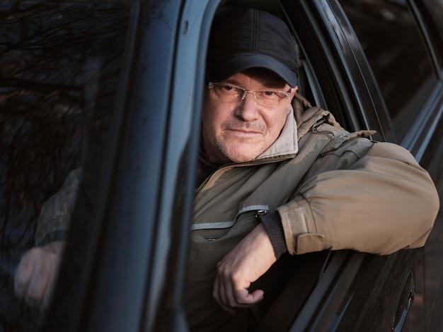 Reifer mann in einem auto