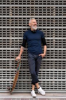 Reifer mann mit nachhaltigem mobilitätsskateboard