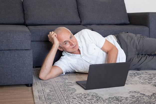 Reifer mann zu hause während des online-geschäftstreffens oder des webinars