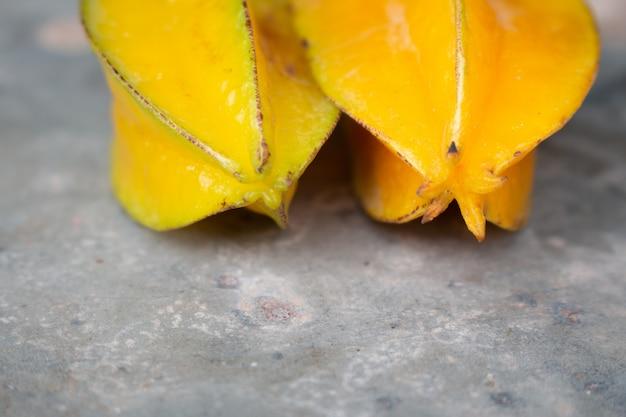 Reifer sternapfel auf dunklem holz oder sternfrucht auf dunklem holztisch