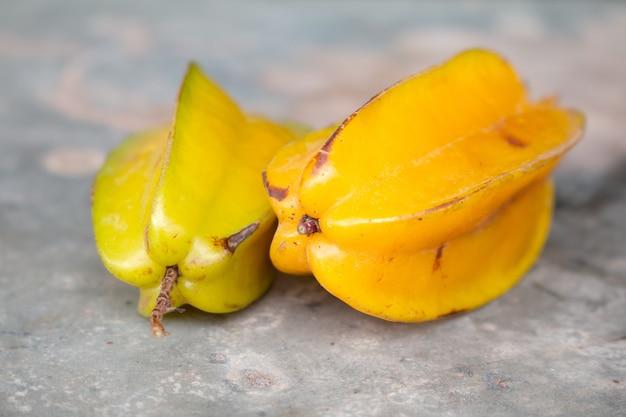 Reifer sternapfel oder sternfrucht auf tabelle