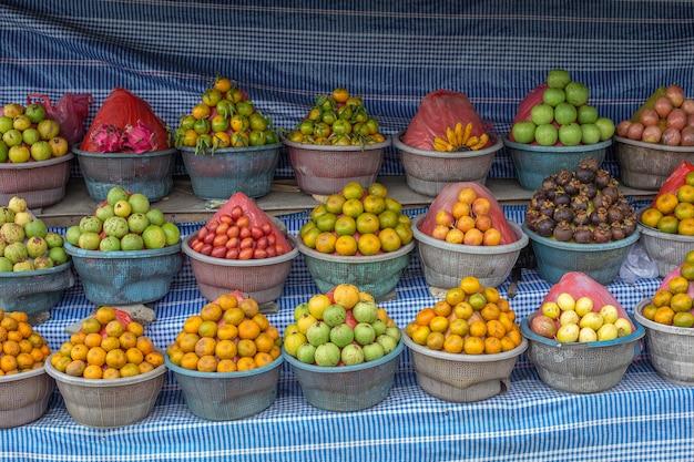Reifes frisches obst der gruppe auf dem lokalen straßenmarkt in indonesien