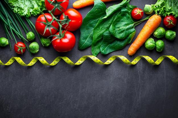 Reifes gemüse zum kochen von frischem salat und gesunden gerichten. richtige ernährung, ausgewogenes essen. diät-konzept. fitness essen und abnehmen. kopieren sie platz