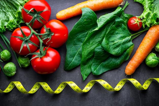 Reifes gemüse zum kochen von frischem salat und gesunden gerichten. richtige ernährung, ausgewogenes essen. diät-konzept. fitness essen und abnehmen.