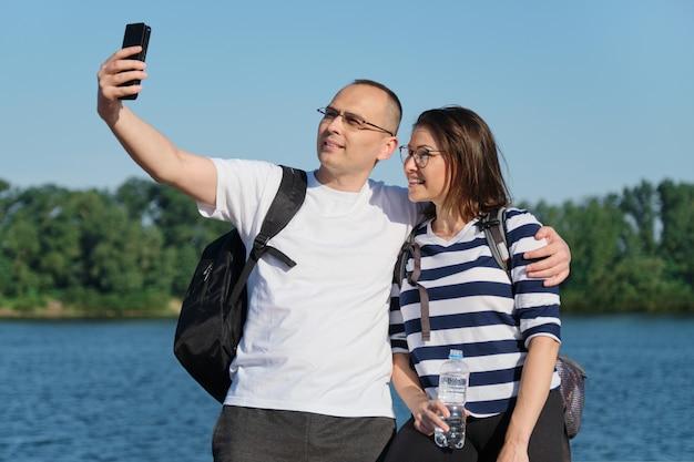 Reifes glückliches paar, das selfie-foto am telefon macht
