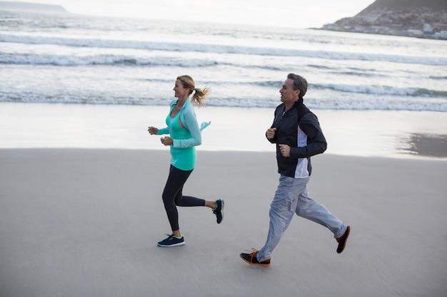 Reifes paar beim joggen zusammen