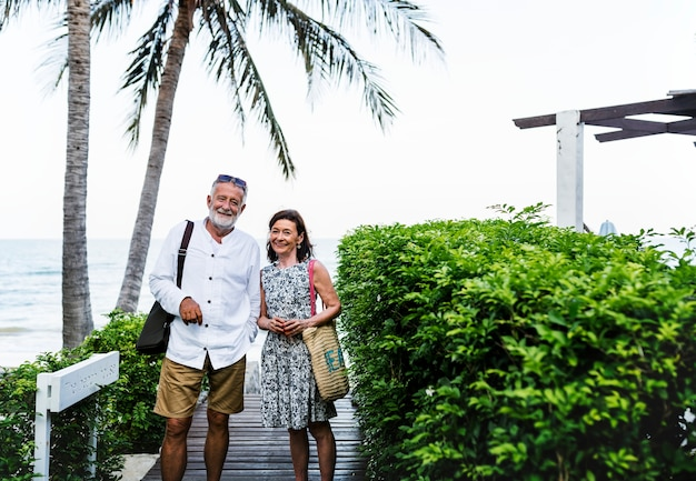 Reifes paar, das an einem erholungsort vacationing ist
