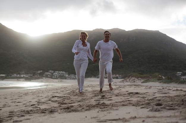 Reifes paar läuft am strand