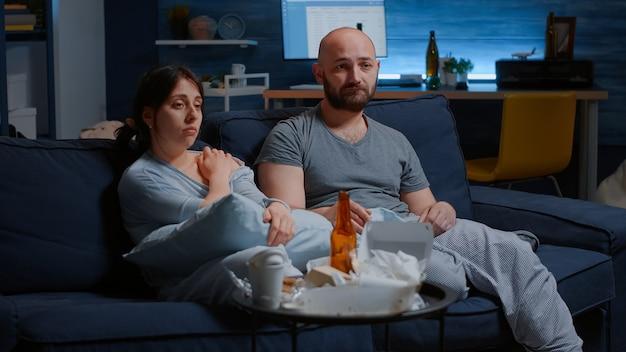 Reifes traumatisiertes unglückliches ehepaar mit schmerzen