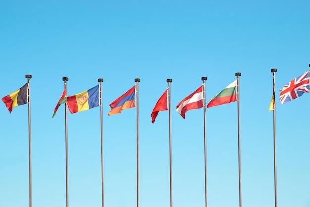 Reihe der europäischen flaggen gegen hintergrund des blauen himmels
