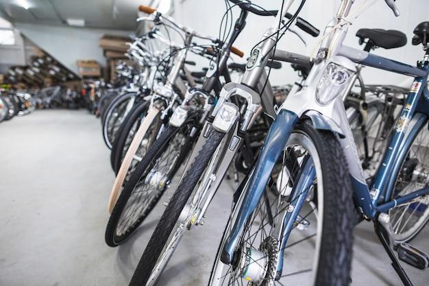 Reihe der fahrräder im sportgeschäft