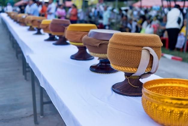 Reihe der mönchsalmosenschale an einem buddhistischen tag.