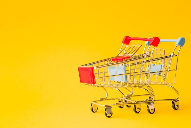 Reihe der supermarktwagen mit den roten und blauen griffen
