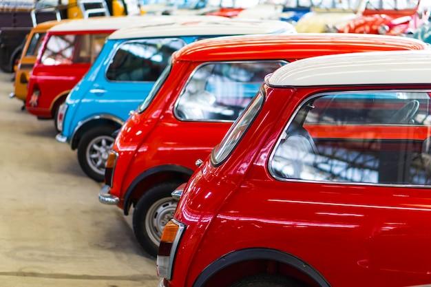 Reihe des retro- alten und antiken artautomobilfahrzeugs der bunten klassischen weinlese