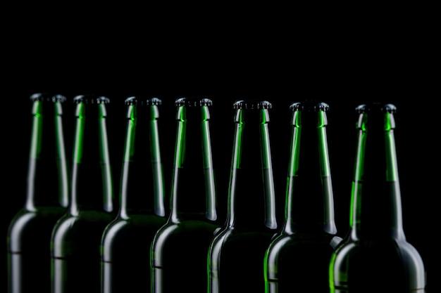 Reihe glasflaschen bier