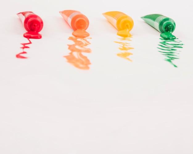 Reihe von aquarellrohren vereinbarte auf schmerzweißoberfläche