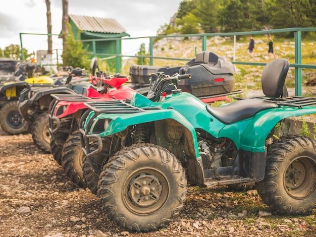 Reihe von atv-kraftfahrrädern an einem sommertag auf einer gebirgsparkzone