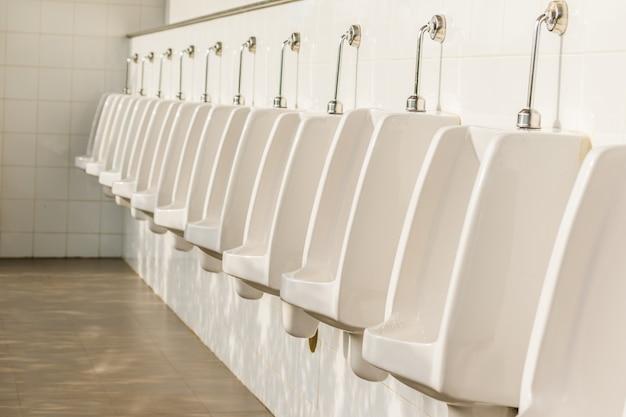 Reihe von außenurinalen männer öffentliche toilette