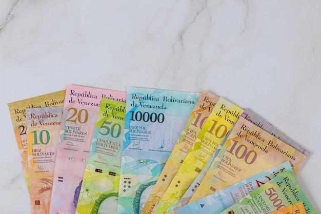 Reihe von banknoten mit verschiedenen papierrechnungen währung venezuelan bolivar, venezuela wirtschaftskrise