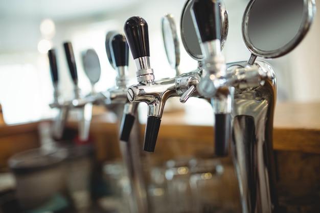 Reihe von bierhähnen am café