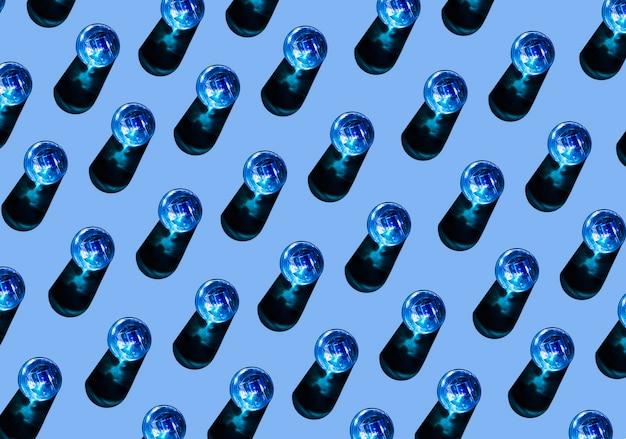 Reihe von blauen flüssigen gläsern mit schatten auf farbigem hintergrund