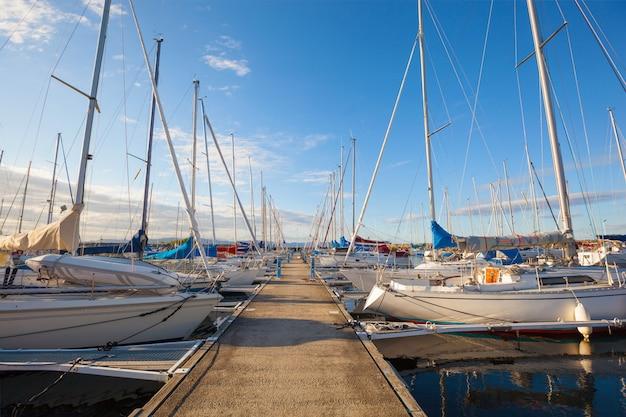 Reihe von booten, die auf dem wasser schwimmen Premium Fotos
