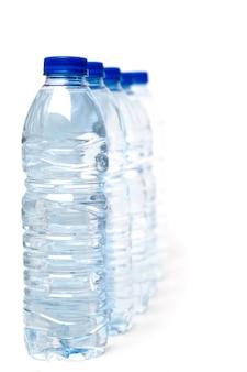 Reihe von den plastikwasserflaschen lokalisiert auf einem weißen hintergrund.