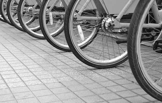 Reihe von fahrradrädern auf dem bürgersteig in der innenstadt für ein umweltfreundliches konzept