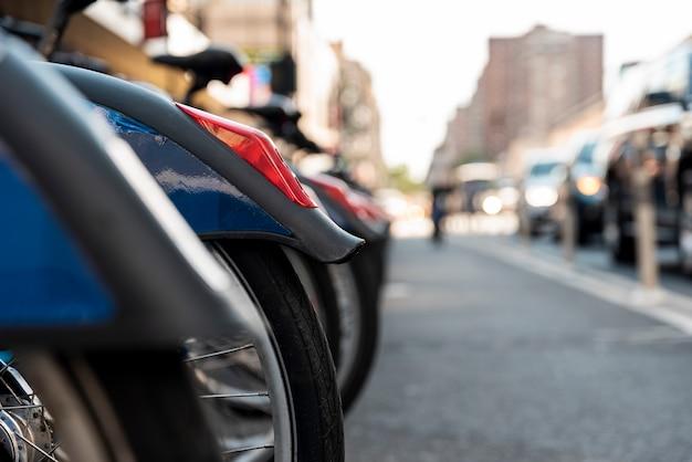 Reihe von fahrrädern mit unscharfem stadthintergrund