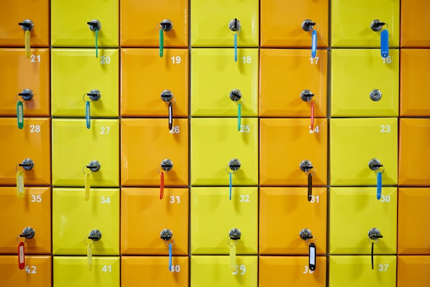 Reihe von farbigen, nummerierten schließfächern mit schlössern.
