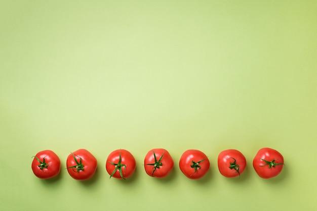 Reihe von frischen roten tomaten. minimales design. vegetarisches, veganes, biologisches lebensmittel- und alkalisches mahlzeitkonzept