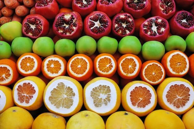 Reihe von früchten auf dem markt aus granatäpfeln und zitrusfrüchten