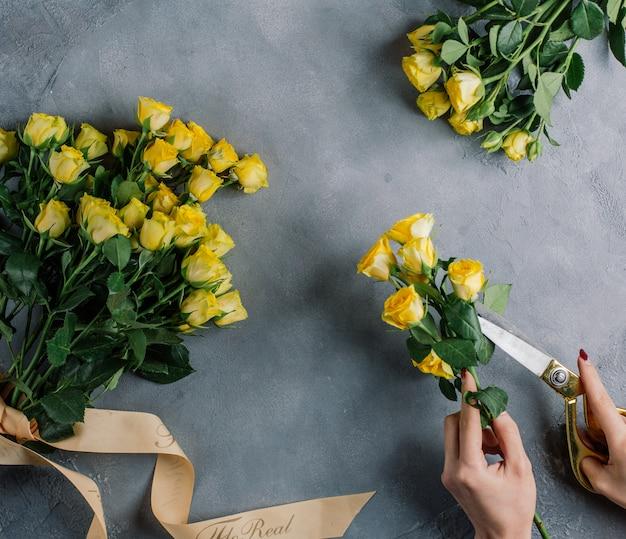 Reihe von gelben rosen blumensträuße auf dem tisch