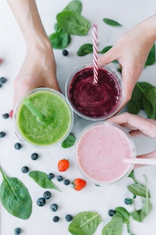 Reihe von gesunden smoothies des frischen obst und gemüse mit sortierten bestandteilen