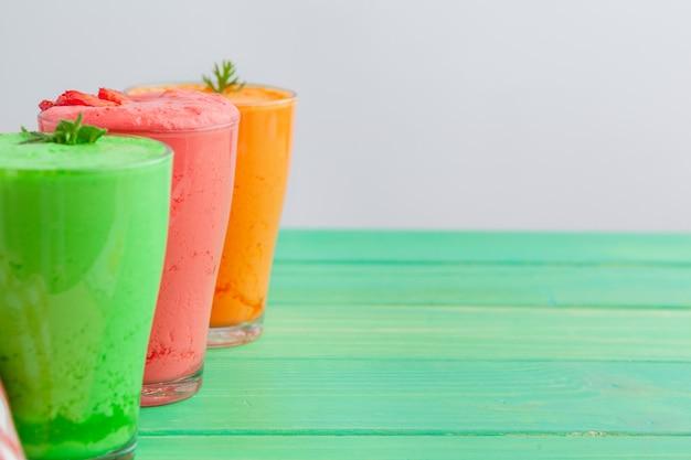 Reihe von gesunden smoothies des frischen obst und gemüse
