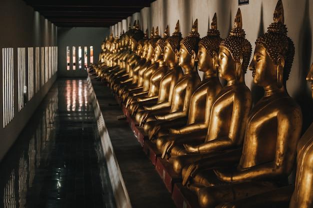 Reihe von goldenem buddha in thailand