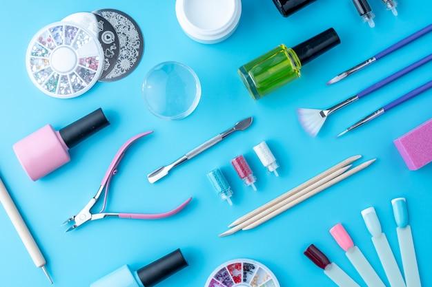 Reihe von kosmetischen werkzeugen für die professionelle maniküre und um schöne designs zu erstellen. ansicht von oben